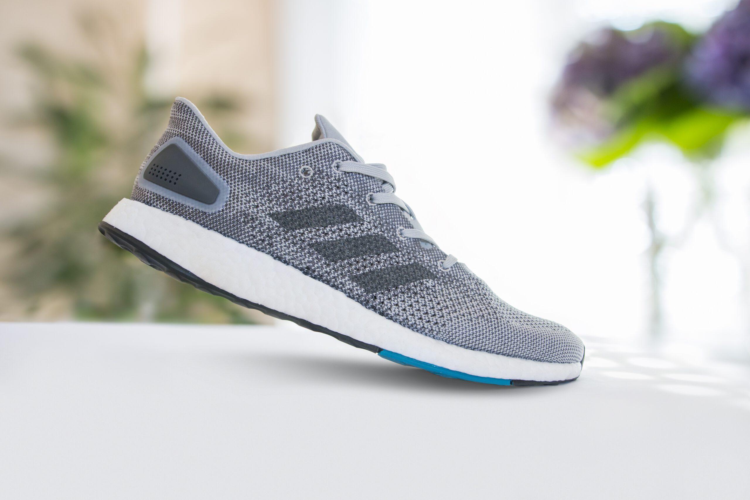 Esta zapatilla de running presenta una parte superior de punto con refuerzos pespunteados que aportan mayor sujeción donde más la necesitas.