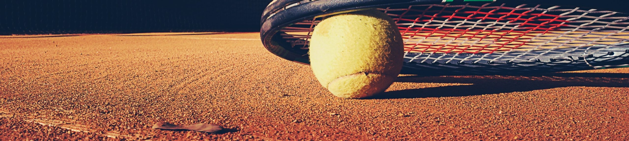 El tenis es un deporte que se practica con raquetas y una pequeña pelota.